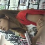 【盗撮動画】美人ギャルのレンタルDVDを選ぶ真剣な眼差しと正面&逆さ撮りで見るパンティが素晴らしい!