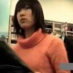 【盗撮動画】買い物していたショートヘアの美人ギャルにパンチラ無許可取材!タイトミニの中身を存分に逆さ撮りww