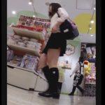 【HD盗撮動画】ミニスカ美少女の制服女子高生のパンチラを専門家も納得のローアングルから撮影したら絶景w
