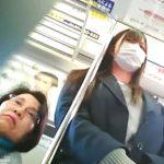 【盗撮動画】絶対にヤッテはいけないお手本のような危険パンチラ!電車で現役女子高生の下半身を逆さ撮り!