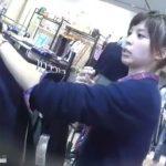 【HD盗撮動画】ショップ店員さんが超美人で接客も熱心にしてくれるのに不謹慎にもパンチラを逆さ撮りしまくるww
