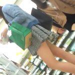 【盗撮動画】可愛らしいルックスの美少女で足長美脚!獲物を発見して正面撮り&逆さ撮りでパンチラ大攻略www