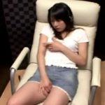 【盗撮動画】サラリーマン御用達のDVDボックスで清楚系ギャルが淫乳を取り出してオナニー絶頂イキする瞬間www