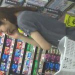 【盗撮動画】「お姉さん、レンタルDVD店で携帯に夢中になり過ぎると危険ですよ」パンチラ撮り師の巣窟ですから!