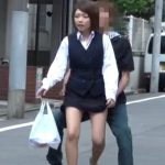【盗撮動画】お昼ご飯を買ってオフィスに戻るところをスカート捲りダッシュのプロに襲撃された超キュートな制服OL!