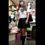 【盗撮動画】完全にアイドルのように可愛らしい美少女JKに粘着してスカートを捲り純白のパンチラを捕獲したwww