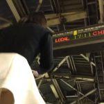 【盗撮動画】場所バレ必須!駅構内でパンチラを乱獲する犯人の撮影映像に電光掲示板がモロ映り込んでるwww