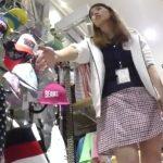 【盗撮動画】非常に熱心に接客してくれるショップ店員の美人お姉さんのパンチラを撮影すると使いどころ満載www
