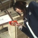 【HD盗撮動画】マジ可愛い女子高生!電車に同乗して逆さ撮りしたパンチラ映像に収録された鮮度抜群な下半身w