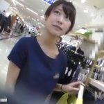 【盗撮動画】清楚系美人お姉さんなショップ店員のパンチラ逆さ撮り!白いスカート内の魅惑の紫パンティwww