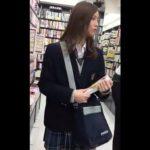 【HD盗撮動画】最高レベルの美少女!小枝のように細い美脚でガニ股歩きの女子校生からパンチラ逆さ撮りwww