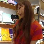 【盗撮動画】ショップ店員の美人お姉さまに接客してもらいながらパンチラを逆さ撮りする危険な男が映像投稿!