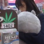 【盗撮動画】年齢的にも内面的にも危険な香り!大きな縫いぐるみを抱いて買い物する美少女の「ぱんちゅ」www