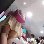 【盗撮動画】さすがにマズイですかね・・・。ハローキティちゃんのリュックを愛用する女の子のパンツを逆さ撮りwww