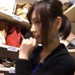 【盗撮動画】小顔美人のショップ店員のお姉さんのパンチラ逆さ撮り!ストッキング越しのパンティがもう格別www