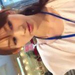 【盗撮動画】清楚系美人なショップ店員さんのお姉さんのパンチラを逆さ撮り!偶にチラッと小出しする脇チラがイイw