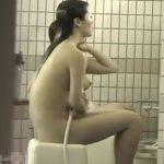 【盗撮動画】女子テニスサークルが夏合宿で利用した旅館の女子風呂で無防備な全裸JDを従業員が撮影www