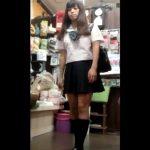 【盗撮動画】あまりに可愛らしいセーラー服美少女に我慢できなくてスカートを捲り強制パンチラを強奪したwww