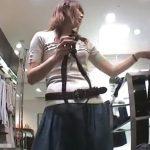 【盗撮動画】ショップ店員の美人お姉さんが余りにスキだらけだったので思わず捲りパンチラを攻略する研修生!