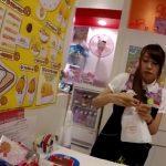 【盗撮動画】逆さHERO氏はサンリオの可愛いキャラクターが勢揃いしたショップの美人店員のパンチラ捕獲www