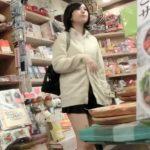 【盗撮動画】店内粘着パンチラ!美少女制服JKのパンティを乱獲する危険行為の一部終止を公開するwww