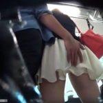 【盗撮動画】彼氏にお尻ナデナデされてるギャルを発見してパンティにシミを付けてないか逆さ撮りで確認www