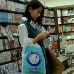 【HD盗撮動画】大人しく控えめでいつも本を読んでそうな制服女子校生の女の子のパンチラを逆さ撮りwww