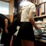 【盗撮動画】リスクが高すぎる!店内で未成熟な制服女子校生のスカートを捲りパンチラを強制撮影!!