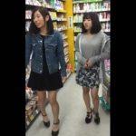 【盗撮動画】私服でお買い物中の激カワお嬢さん二人組をターゲットに逆さ撮りパンチラを収録したwww