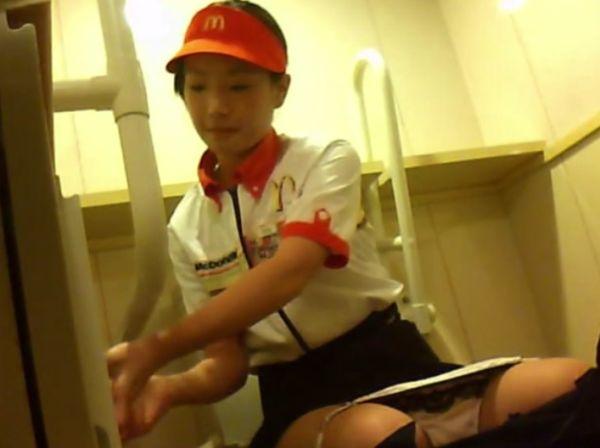 トイレ盗撮 マクド●ナルドとか制服きてる女子たちを撮ってみた。動画①