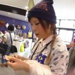 【盗撮動画】テキパキと接客を熟してくれるショップ店員のおねえさんのパンチラを逆さHEROが撮影した!