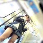 【盗撮動画】美味しそうなJK美少女のパンチラ!電車内でローアングルから撮影された純白パンティwww