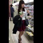 【盗撮動画】コンビニでお菓子をご購入されたお嬢さんを尾行してエスカレーターでパンチラを逆さ撮りした!