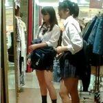 【盗撮動画】まさかの中学生化も!超可愛い制服美少女の二人組の未成熟な下半身からパンチラGET!