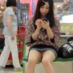 【盗撮動画】ミニスカギャルの股間に大注目!魅惑のデルタゾーンからチラリと露出したパンチラGETwww