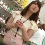 【盗撮動画】逆さHERO!白い二の腕も男心をくすぐる美人ショップ店員のギャルのパンチラを無断撮影!