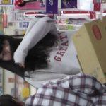 【盗撮動画】スミマセン、バレました!母親と買い物に来てた女の子のパンチラを撮影したら睨まれました!