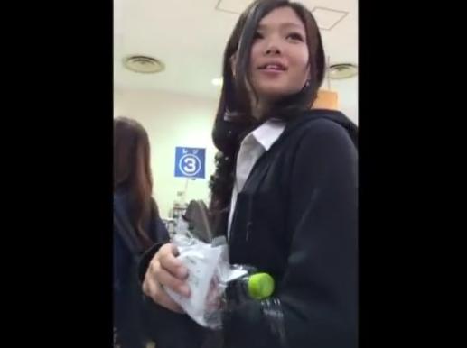 【HD盗撮動画】ミスマガジンでグランプリも夢じゃないほどの美少女JKのパンチラを迫力の接写撮りwww