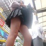 【盗撮動画】マジ旨そー!バス停で待ってる間に美少女JKのパンチラを逆さ撮りすると太腿タマランwww