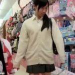 【盗撮動画】まさかの中学生化も!可愛らしい制服女子校生のパンチラを収録した股間映像がコレwww