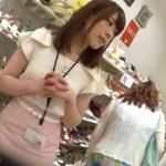 【盗撮動画】またも逆さHERO君が可愛いショップ店員のお姉さんのパンチラを撮影して公開したwww