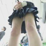 【盗撮動画】まさかのお母様とご一緒の制服女子校生のパンチラを逆さ撮りした危ないオカズ映像www