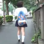 【HD盗撮動画】完全に不審人物認定!制服女子高生をストーカーしてパンチラを撮りまくる変態野郎ww