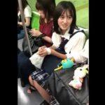 【盗撮動画】電車で超可愛い女子校生を発見してロックオン!アイドル級美少女のパンチラ攻略したwww