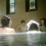 【HD盗撮動画】イイやつです!旅館の女子風呂で卒業旅行中ギャル達と同じ湯船に浸かりながら隠し撮り!