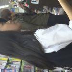 【盗撮動画】お馴染みのレンタルDVD店で黒髪美少女の制服JKのスカート内からパンチラを逆さ撮りwww