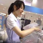 【盗撮動画】清純そうで清潔感あふれる美人ショップ店員さんの接客中にパンチラ逆さHERO撮りですwww