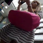 【盗撮動画】レンタルDVD店にて茶髪ギャルのスカート内からパンチラを逆さ撮りした結果を映像で報告!