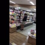 【盗撮動画】書店で清楚なスカートが可愛いお嬢さんを発見したので記念にパンチラを無断撮影したwww