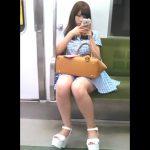 【盗撮動画】マジで可愛い清楚系美人ギャルの電車対面に陣取ってパンチラを狙って股間を凝視するwww